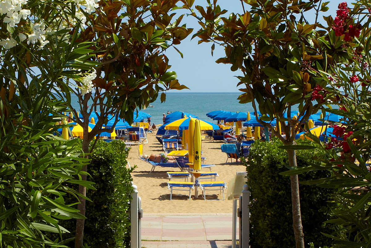 Access to the Ruhl beach Hotel in Jesolo, directly facing the sea.