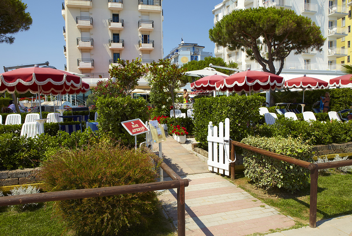 Pool terrace directly facing the sea of ​​the RUHL Beach Hotel & Suites in JESOLO
