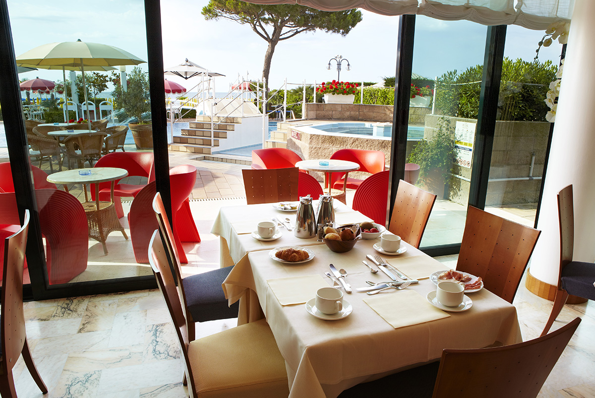 Breakfast overlooking the sea until late. The buffet offers a rich breakfast. RUHL beach Hotel